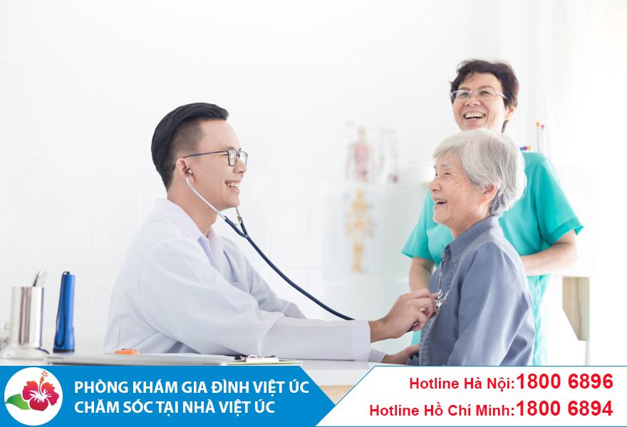 Bác sĩ thực hiện khám bệnh tại nhà cho bệnh nhân